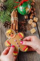 gngerbread man sobre especiarias de natal, canela, anis