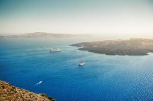 bela vista do mar e ilhas ao pôr do sol.