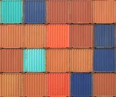 contêineres de carga empilhados em terminal portuário de frete foto