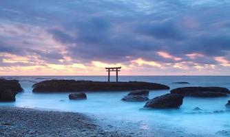 paisagem do japão do tradicional portão japonês e mar foto