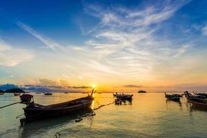 barco longtail de madeira na praia foto