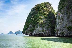 rochas e paisagem do mar na ilha da Tailândia foto