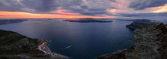Caldera de santorini e vulcão ao pôr do sol
