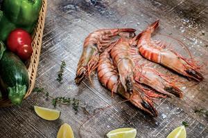 camarões de frutos do mar. belos camarões gigantes do mar frescos. deliciou foto