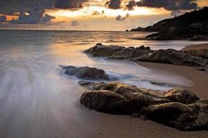 vista do mar ao pôr do sol em kalim beach, phuket
