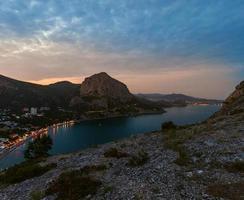 amanhecer no mar negro. vista do mar de manhã com montanhas. crimeia foto