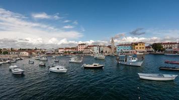 istria, croácia. lindo pequeno porto foto