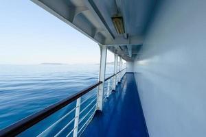 fragmento do convés no navio, balsa com mar azul visível.