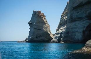 paisagem pitoresca do mar e pedras brancas em kleftiko, milos, gr