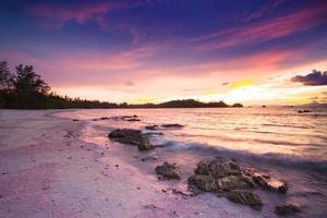 paisagem marinha pôr do sol em koh payam foto