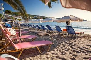 Praia de Agia Marina na Ilha Egina, Grécia foto