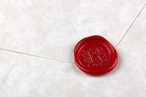 envelope selado com um selo de cera vermelha foto