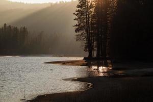 pôr do sol em um lago na montanha sierra nevada