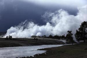 gêiseres vivos, parque nacional de yellowstone, eua, cerca de maio de 2010