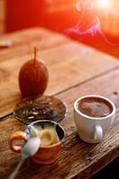 xícara de café em um fundo de madeira foto