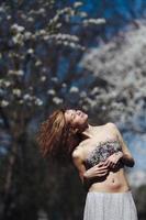 retrato de uma linda garota com árvores floridas