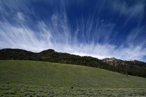 paisagem de nuvens cirrus do vale lamar - yellowstone np