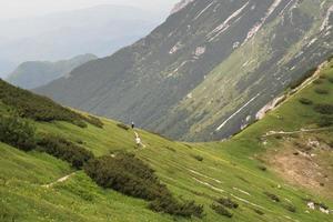 Saddle Vratce acima do lago Bohinj no Parque Nacional Triglav