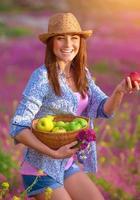 garota feliz com cesta de maçãs foto