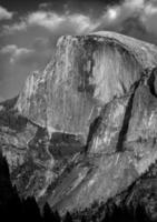 meia cúpula em preto e branco clássico. Parque Nacional de Yosemite.