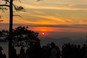 nascer do sol no parque nacional de phukradung, tailândia