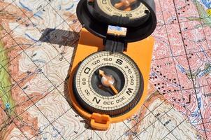 bússola aberta nos mapas.