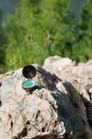 bússola analógica abandonada nas rochas