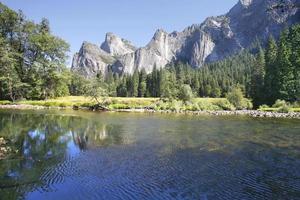 a superfície do rio reflete o topo do penhasco