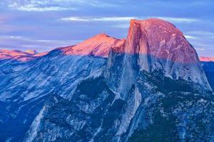 pôr do sol e sombra sobre a meia cúpula em Yosemite foto