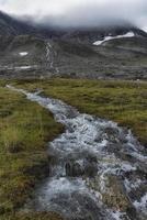 riacho da montanha no parque nacional de sarek, suécia