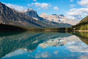 lago de aves aquáticas, parque nacional de banff, alberta, canadá