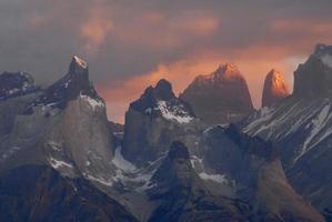 amanhecer no parque nacional de torres del paine.