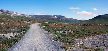 estrada de terra entre a cabana de montanha de glitterheim e o estacionamento