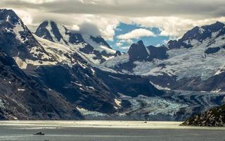 montanhas nevadas e geleira dentro do parque nacional da baía de geleira
