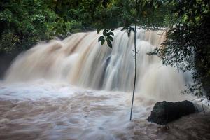 cachoeira no parque nacional khao yai foto
