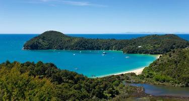 panorama da baía de ancoragem no parque nacional abel tasman