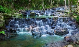 bela cachoeira no parque nacional namtok samlan foto