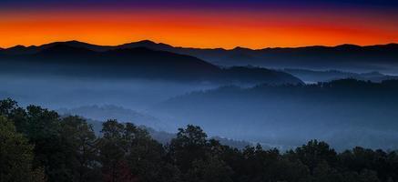nascer do sol no sopé das montanhas