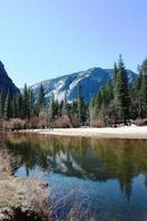 Springtime Mirror Lake no Parque Nacional de Yosemite, Califórnia, EUA