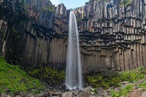 cachoeira svartifoss, parque nacional skaftafell, islândia