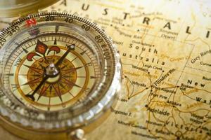 bússola e mapa de alto contraste