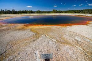 piscina turquesa perto da grande primavera prismática em yellowstone, nos eua