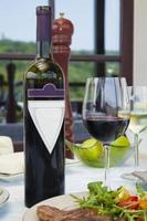 vinho tinto e bife na mesa do restaurante.