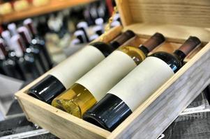 garrafas de vinho tinto e branco em caixa foto