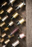 prateleira de vinho de madeira com garrafas vazias