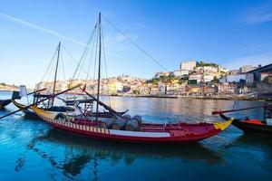 porto antigo e barcos tradicionais com barricas de vinho, portugal