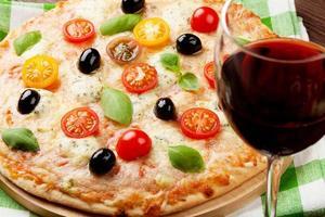 pizza italiana e vinho tinto