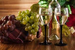garrafa e taças de vinho branco