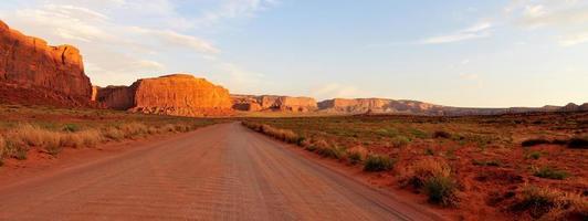 estrada de terra atravessa vale do monumento foto