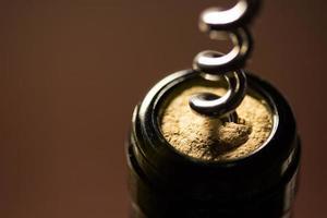 abrindo vinho tinto